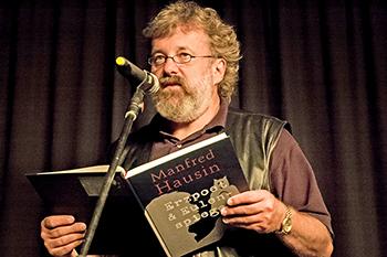 """Manfred Hausin liest bei einer """"Langen Nacht der Poesie"""" aus seinem Buch """"Erzpoet & Eulenspiegel"""" (Foto: Kalle Korfhage)"""
